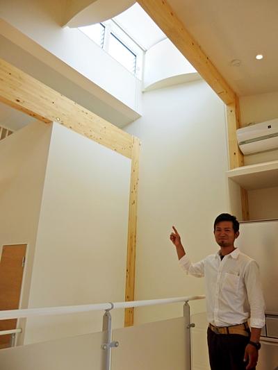吹き抜け部の上部に設けた通風効力の高い窓