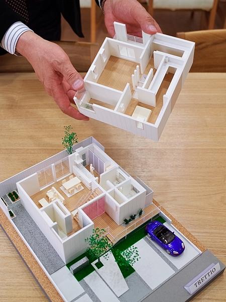 私が手にしているものは、『TTRETTIOの住宅模型です!』
