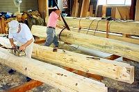 地松の丸太梁の加工状況
