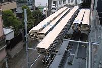 金属製屋根材の搬入・荷上げ