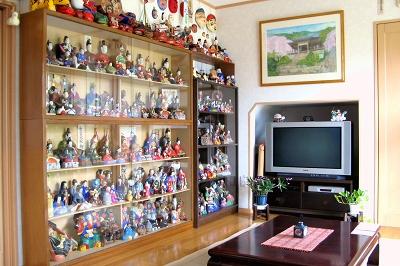壁面一杯に飾られた郷土玩具