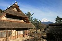 かぶと造りの茅葺屋根そして富士山