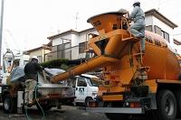 基礎コンクリート打設(生コン車セット状況)