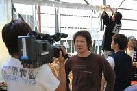 地元放送のインタビューを受ける海野